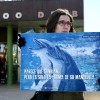 Varios activistas protestan contra los espectculos con delfines en el Zoolgico de Barcelona