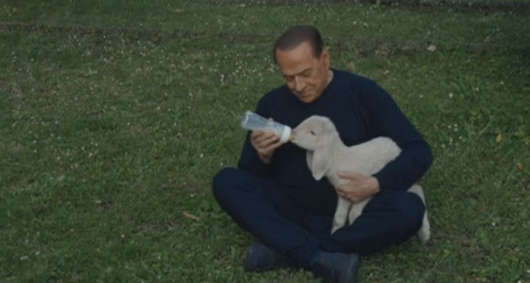 Silvio-Berlusconi-video-alimentando-corderos-animalista