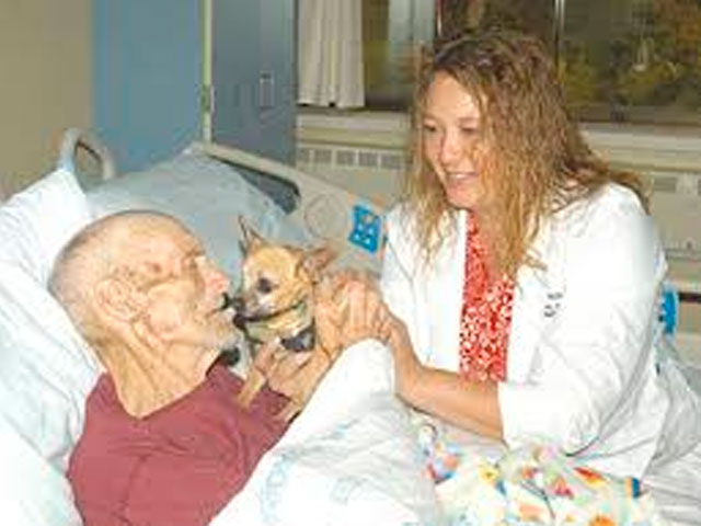 James-Watham-visita-perro-hospital