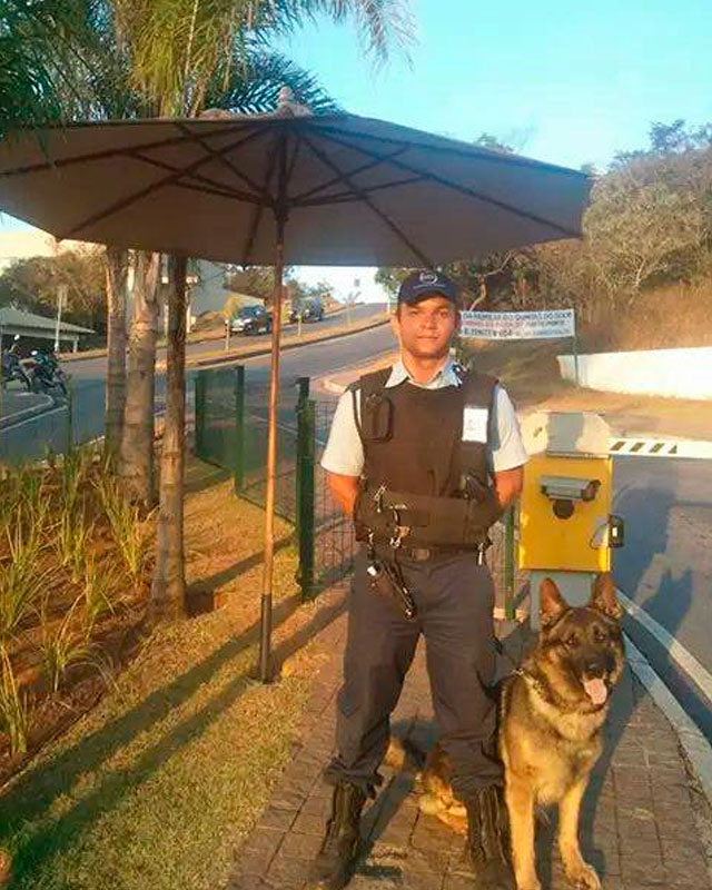 guardia-seguridad-y-perro-Othello